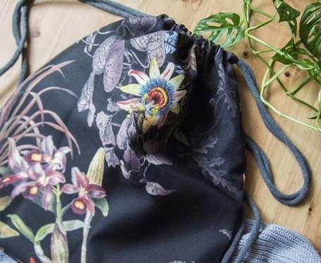 Czarny plecak XL w kwiaty