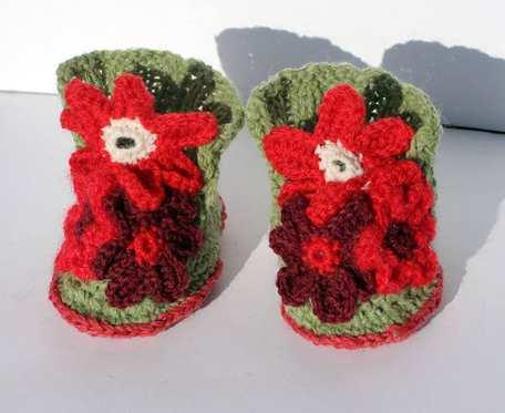 Buciki z czerwonymi kwiatuszkami - włóczkowe