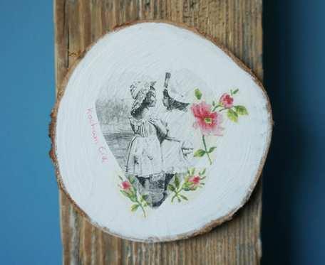 Obrazek z dziewczynkami w technice decoupage na drewnianym plastrze