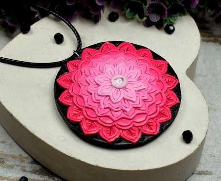 Wisiorek mandala w odcieniach różu