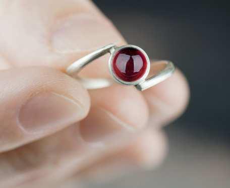 Prosty srebrny pierścionek z granatem