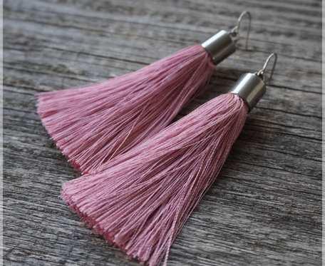 kolczyki chwosty, kolor