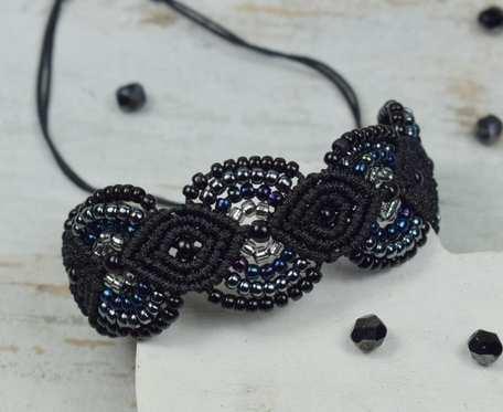 Elegancka bransoletka z koralików, w odcieniach czerni, srebra i granatu, makrama