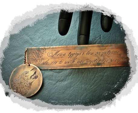Miedziana zakładka z ręcznie grawerowanym tekstem i wilkiem