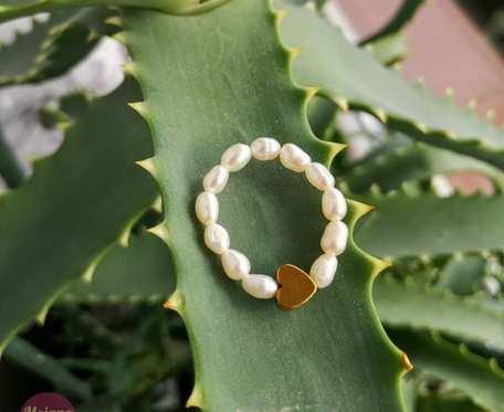 Pierścionek elastyczny z pereł.
