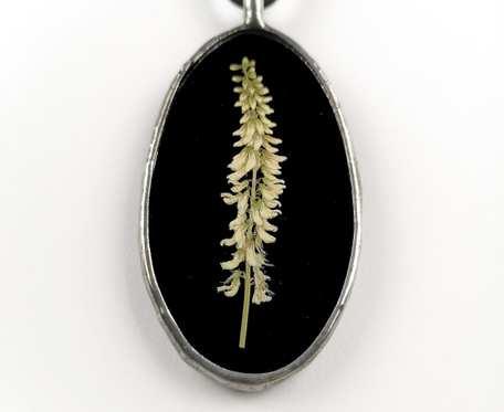 Szklany medalion z kwiatami nostrzyka (czarny)