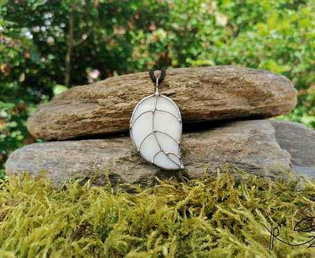 Szklana zawieszka liść (biała)