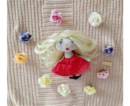 Mini lalka w czerwonej sukience