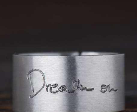 Srebrna obrączka z pismem odręcznym