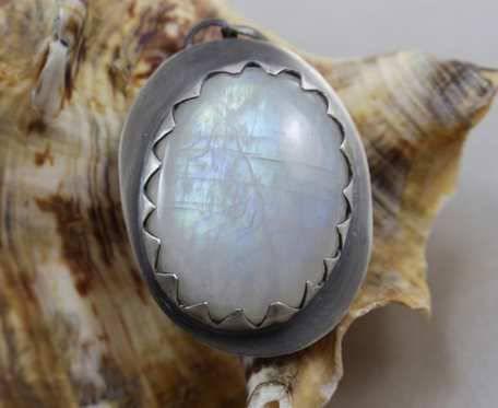 Mroźny kamień księżycowy w srebrze - wisior 2360