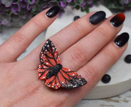 Duży, regulowany pierścionek
