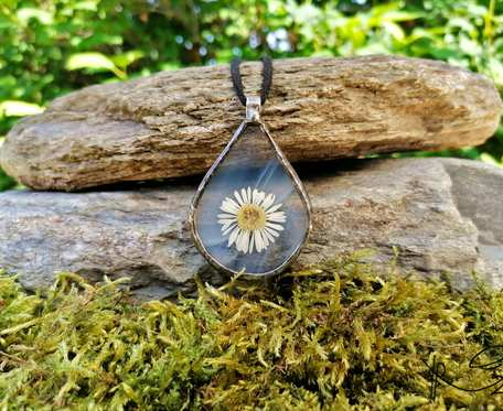 Szklany medalion z kwiatem stokrotki (biały)