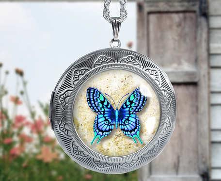 Naszyjnik sekretnik otwierany z motylem w szkle