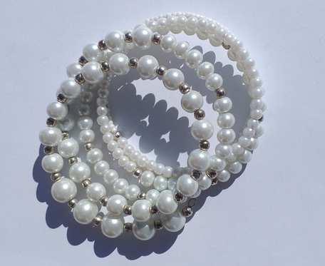 Bransoletka na drucie pamięciowym z białych perełek