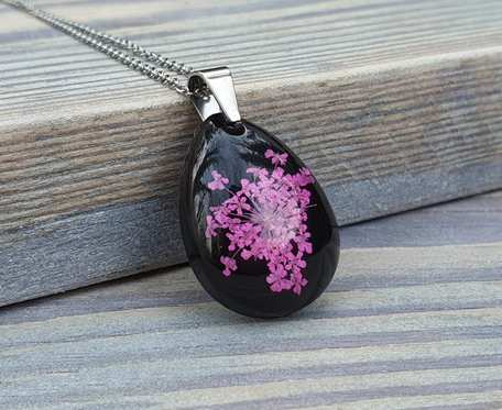 Czarna łezka z różową dziką marchwią