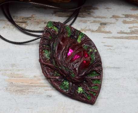 Wisiorek z motywem leśnym i różowym kryształem