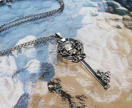 Srebrny naszyjnik z kluczykiem i cytrynem
