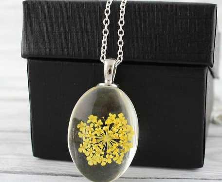Wisiorek z suszonym kwiatem - żółty