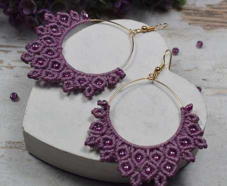 Duże kolczyki na bazie koła -w odcieniach fioletu i złota - makrama