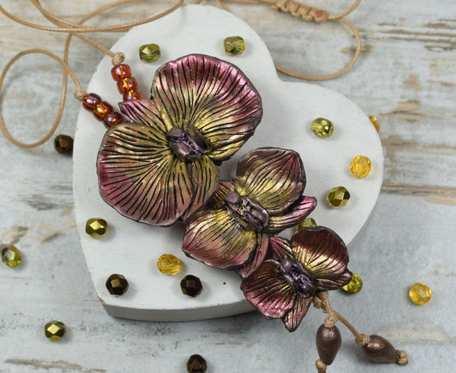 Długi wisior z kwiatami orchidei w barwach jesieni