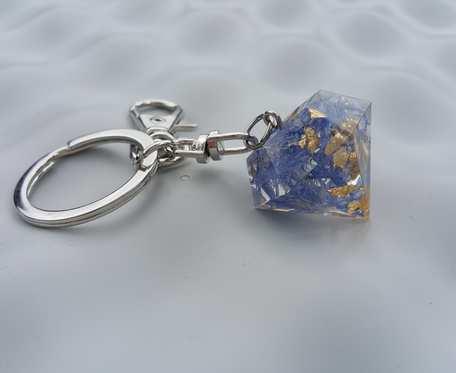 Breloczek z żywicy - kryształek z chabrami i płatkami złota