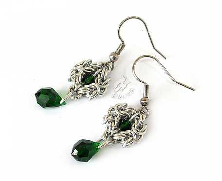 Kolczyki chainmaille z zielonymi kryształkami