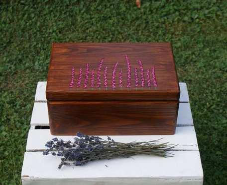 drewniana skrzynka z wrzosami
