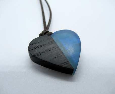 DREWNIANY WISIOREK SERCE czarny dąb+niebieski