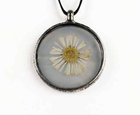 Szklany medalion koło z kwiatem stokrotki (biały)