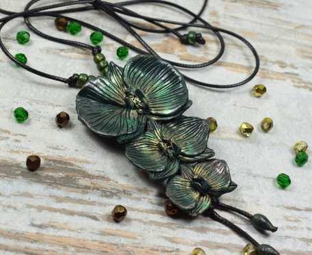 Długi wisor z kwiatami orchidei w odcieniach butelkowej zieleni i dodatkiem złota