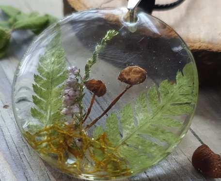 Wisiorek z żywicy z leśnymi kwiatami