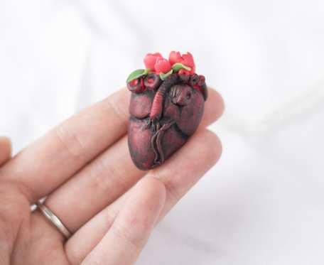 Naszyjnik serce z piwoniami