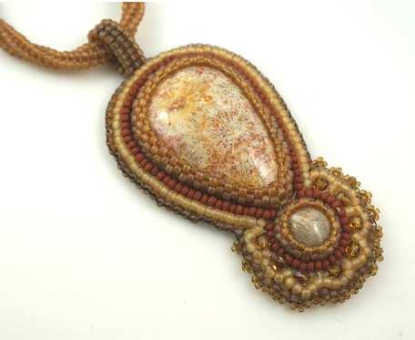 Wisior z kamieniami koral fossil