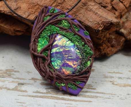 Wisiorek boho z motywem leśnym i pięknie mieniącym się kamieniem.