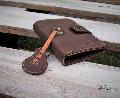 Duży portfel męski skórzany z breloczkiem, brązowy.