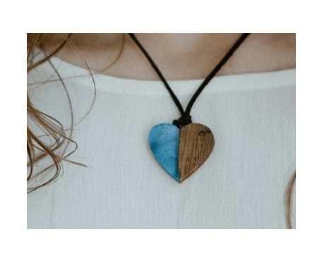 drewniany wisiorek serduszko dąb + błękit