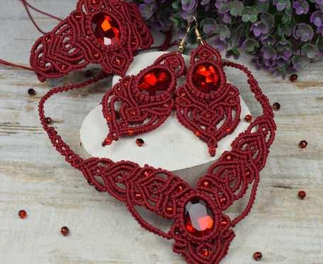Eleganckie komplet biżuterii z kryształami w odcieniach bordo i czerwieni