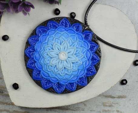Wisiorek mandala w odcieniach niebieskiego i błękitu