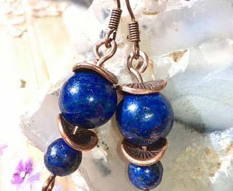 Kolczyki z drutu miedzianego z kulami lapis lazuli