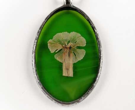 Szklany medalion elipsa z kwiatem bieńca (zielony)