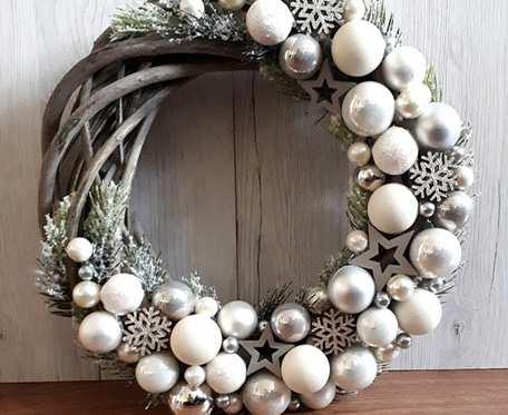 Wianek świąteczny białe bombki