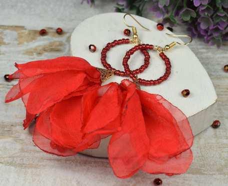 Długie, zwiewne kolczyki kwiaty w przepięknej czerwieni