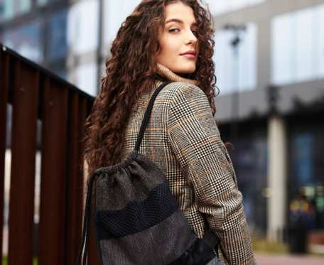 Ciemny plecak worek różnorodne tkaniny