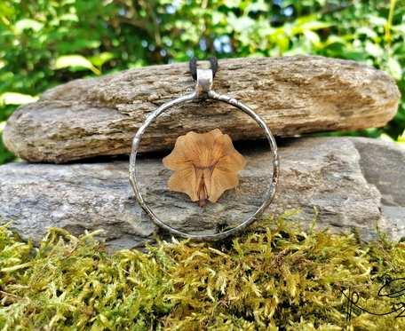 Szklany medalion koło z kwiatem tunbergii