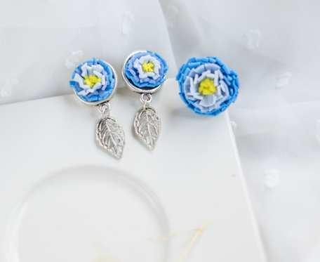 Komplet z niebieskimi kwiatami