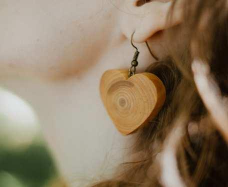 Drewniane kolczyki dębowe serduszka eko handmade