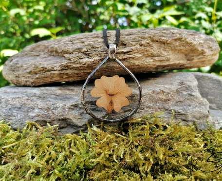 Szklany medalion kropla z kwiatem tunbergii