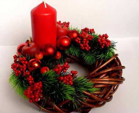Wianek, stroik świąteczny ze świecą na Boże Narodzenie