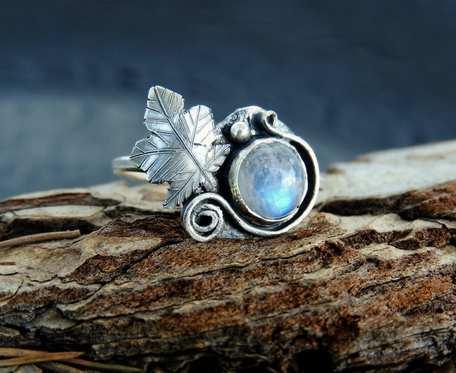 Pierścionek srebrny z kamieniem księżycowym listek