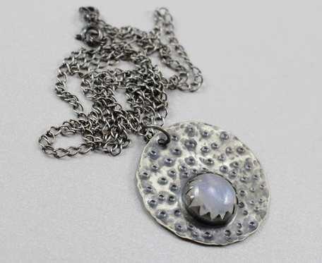 Kamień księżycowy i srebro - wisior na łańcuszku